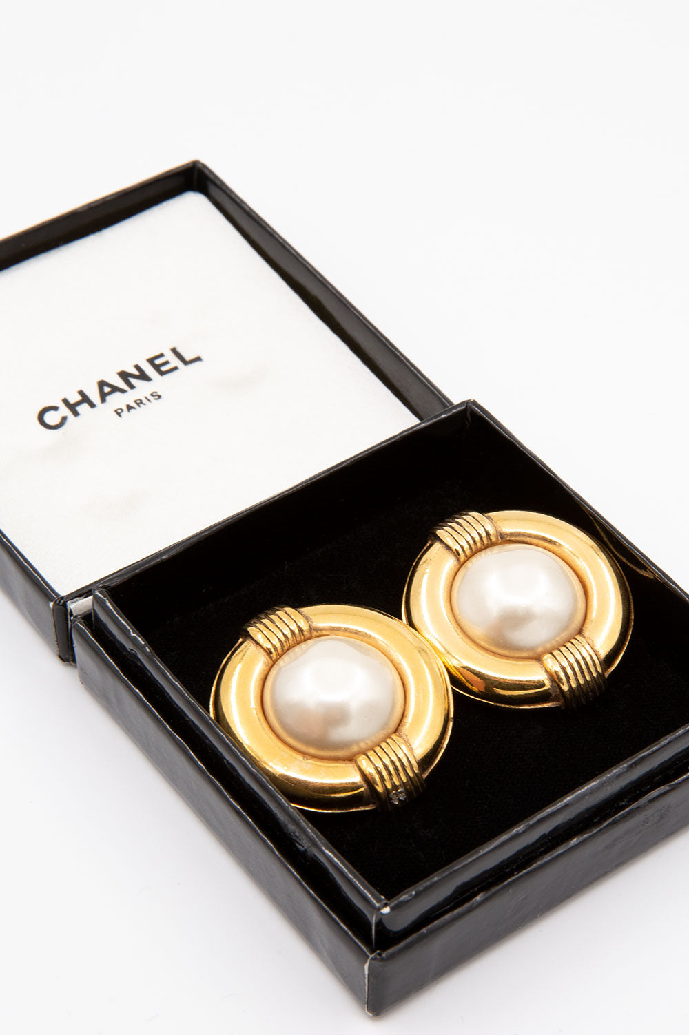 Chanel Vintage Ear Clips in Gold mit Perlen.