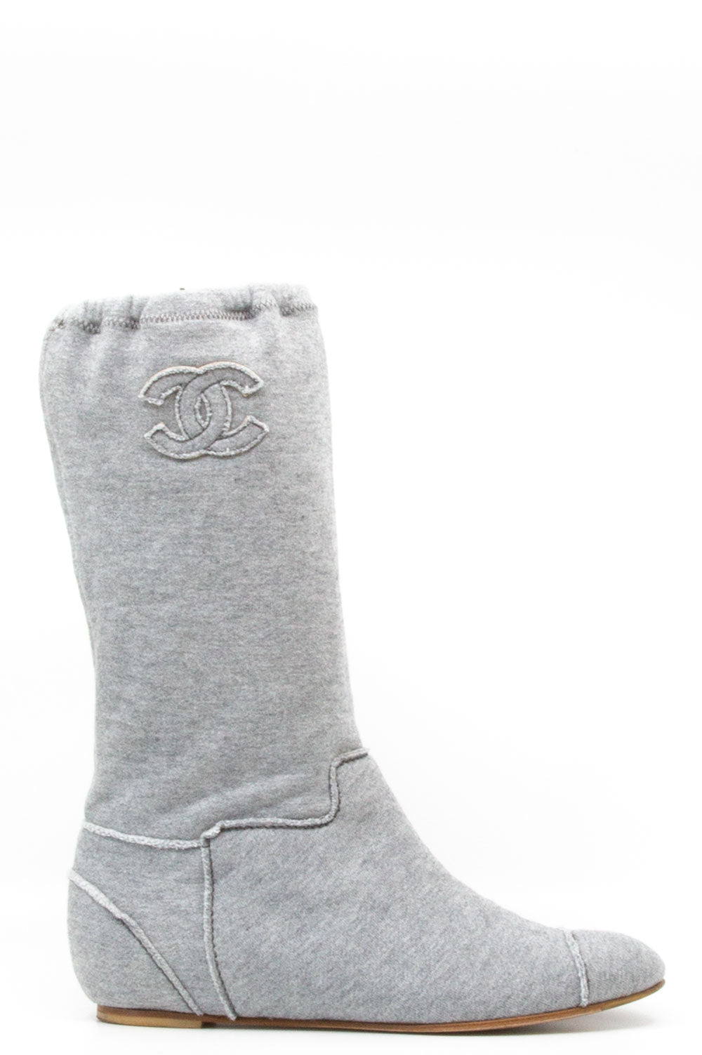 Chanel Boots in grauem Jersey.