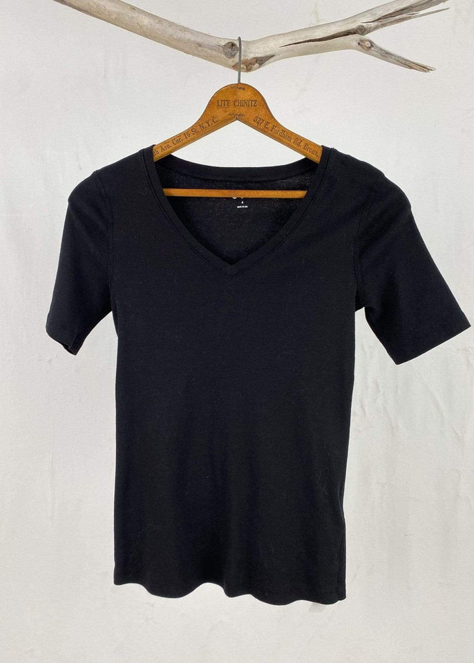 Three Dots top Black / Small Elbow Sleeve Mid-V Tee