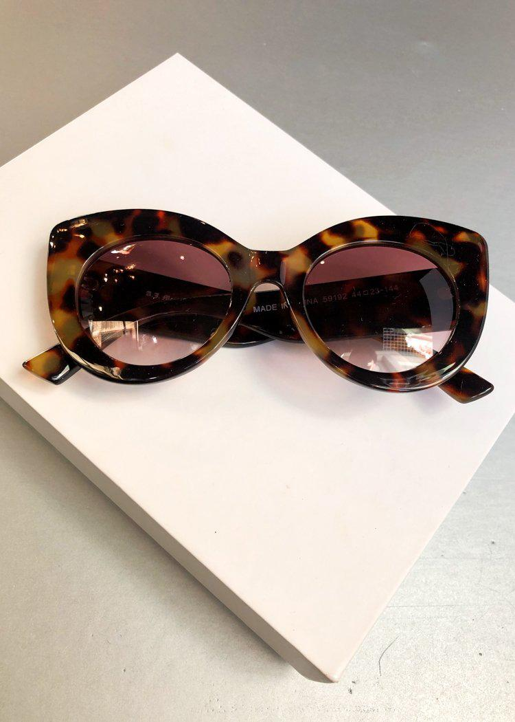 A.J. Morgan Round Mousey Tortoise Sunnies-Hand In Pocket