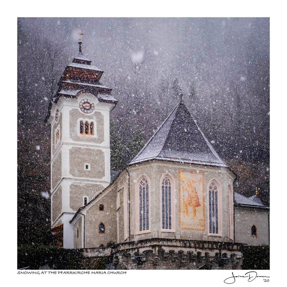 Snowing at the Pfarrkirche Maria Church