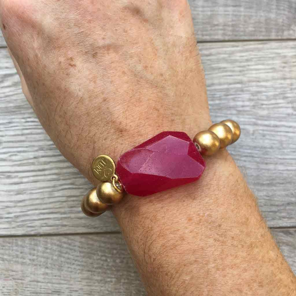 Gold beaded bracelet with large agate statement bead.