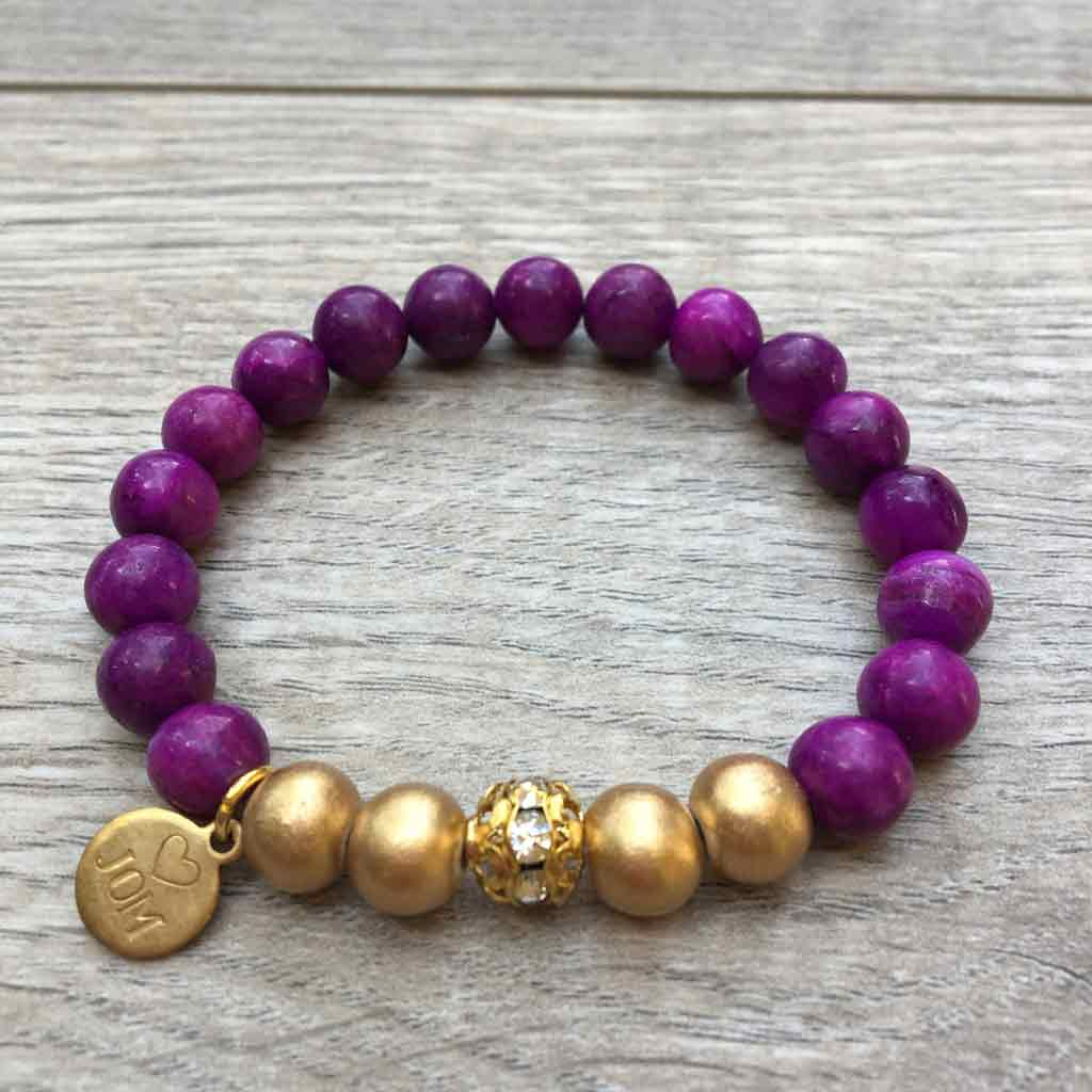 Gold beads create the focal point of this gold and agate bracelet.