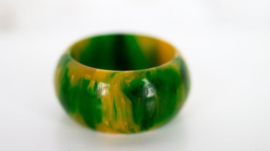 Bakelite Ring Marbled Green Yellow Spinach