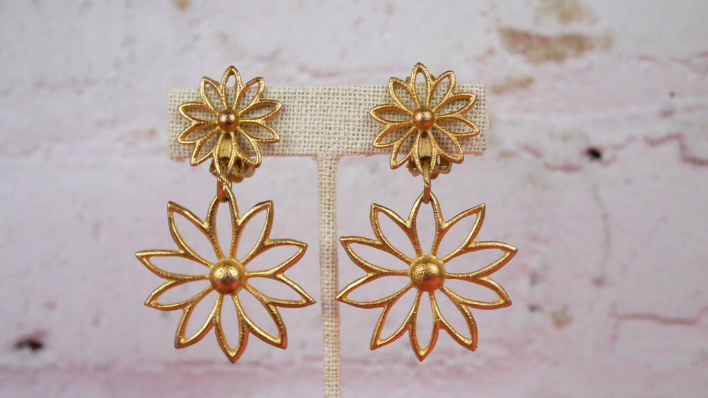 Vintage 80s Earrings - Large Gold Tone Daisy Flower Clip On Earrings