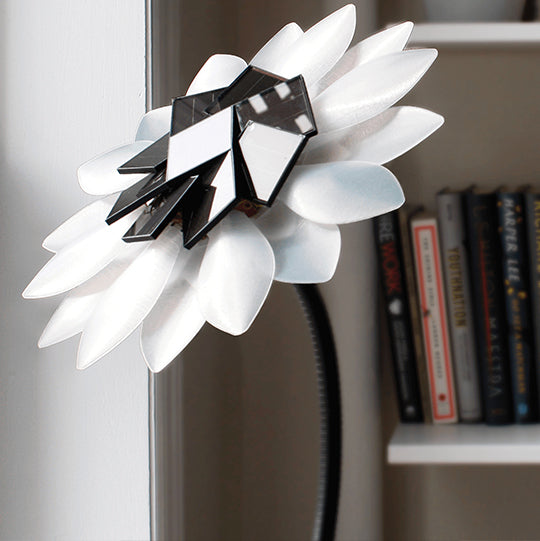 Solar Flower : The LED table light powered by the sun.