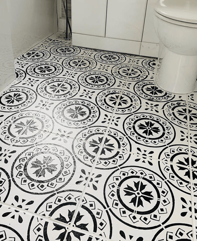 Black and white patterned floor tiles are so chic