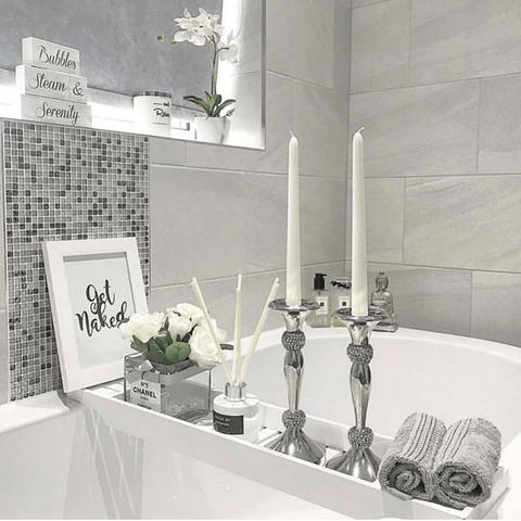 Beautiful bathroom by @labonneviehome featuring Hampton and Astley irresistibly soft Egyptian cotton towels in subtle grey