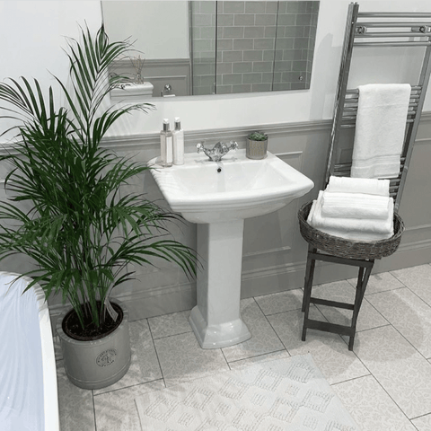 While the bathroom mixes the traditional with modern and features plenty of Hampton and Astley Egyptian cotton bath towels in pure white.
