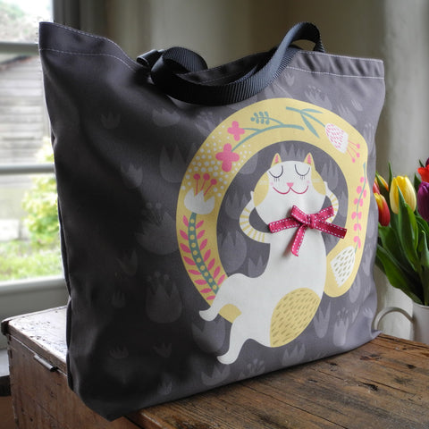 Front view of the Rollerdog Carefree Cats tote bag
