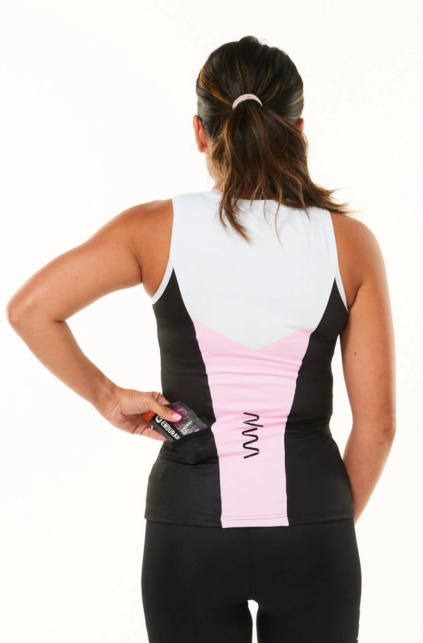 Model placing nutrition gel in back pocket of sleeveless tri top. Women's triathlon top with pockets.