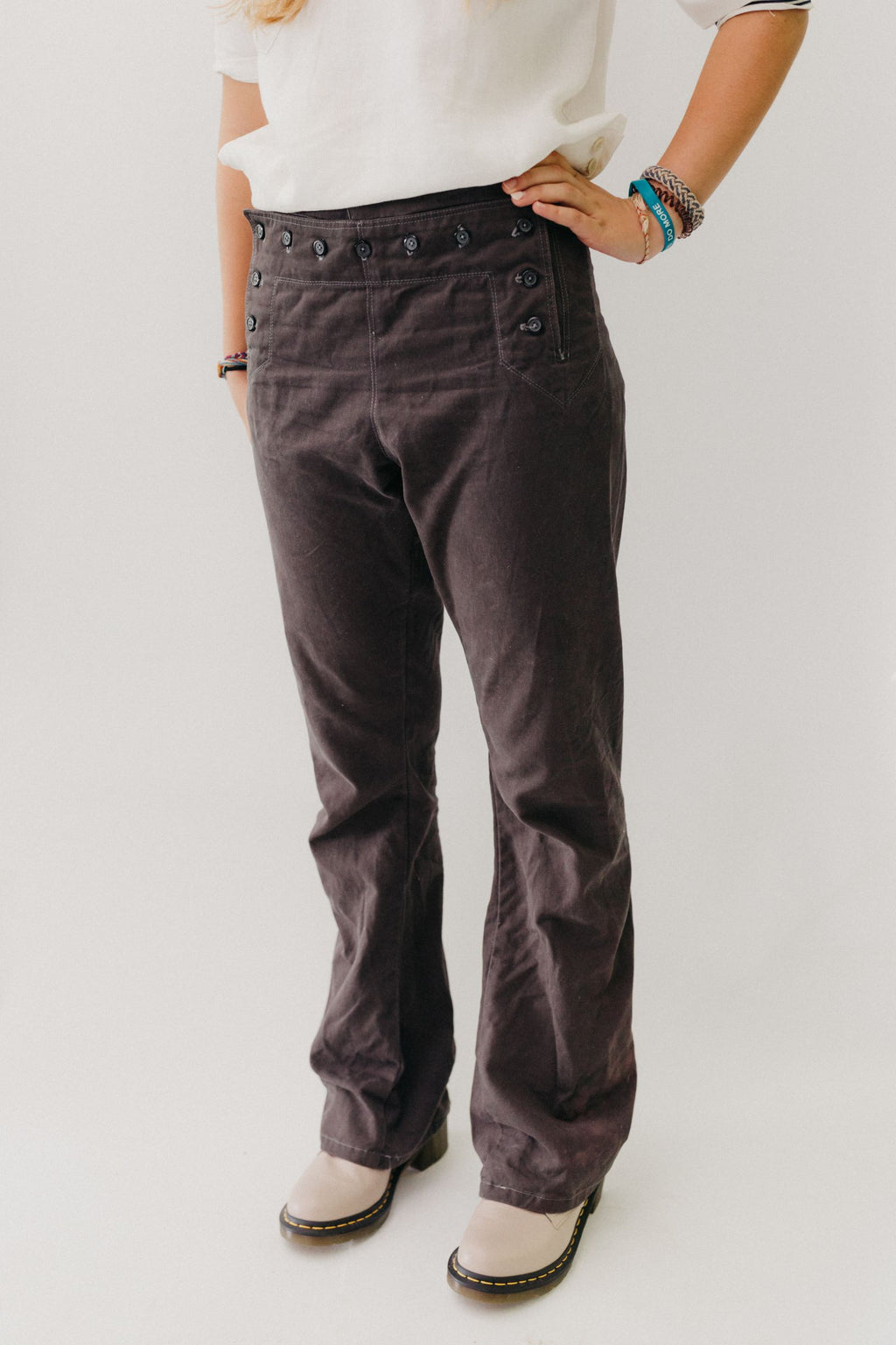 Woman wearing sailor pants made of grey twill.