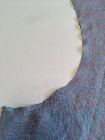 Stabilizing stay-stitching of the curve of the armhole