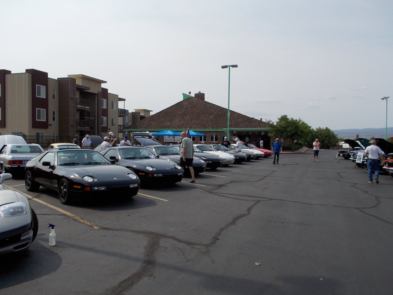 sharks in the badlands 928s event all the parked cars