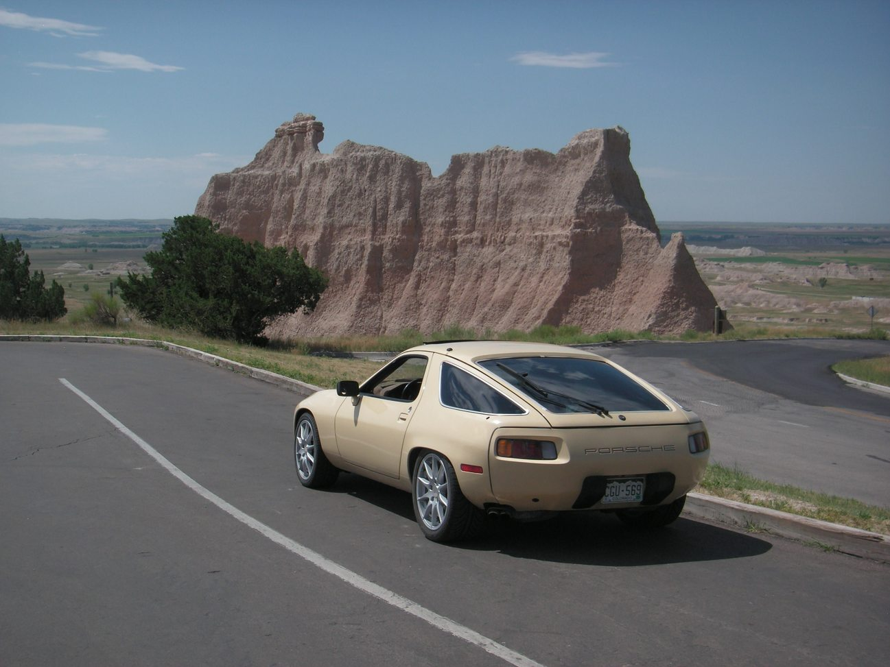 sharks in the badlands 928s event a cream white porsche 928 with landscape in the background