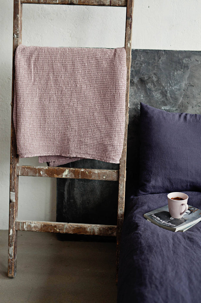Soft waffle pattern linen bed throw in dusty pink