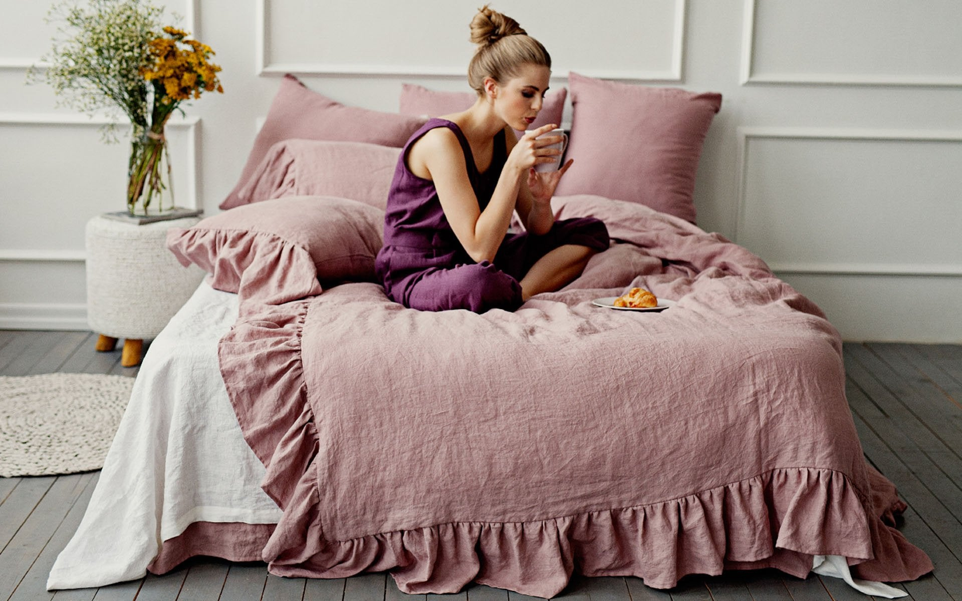 Ruffled linen bedding in dusty rose colour
