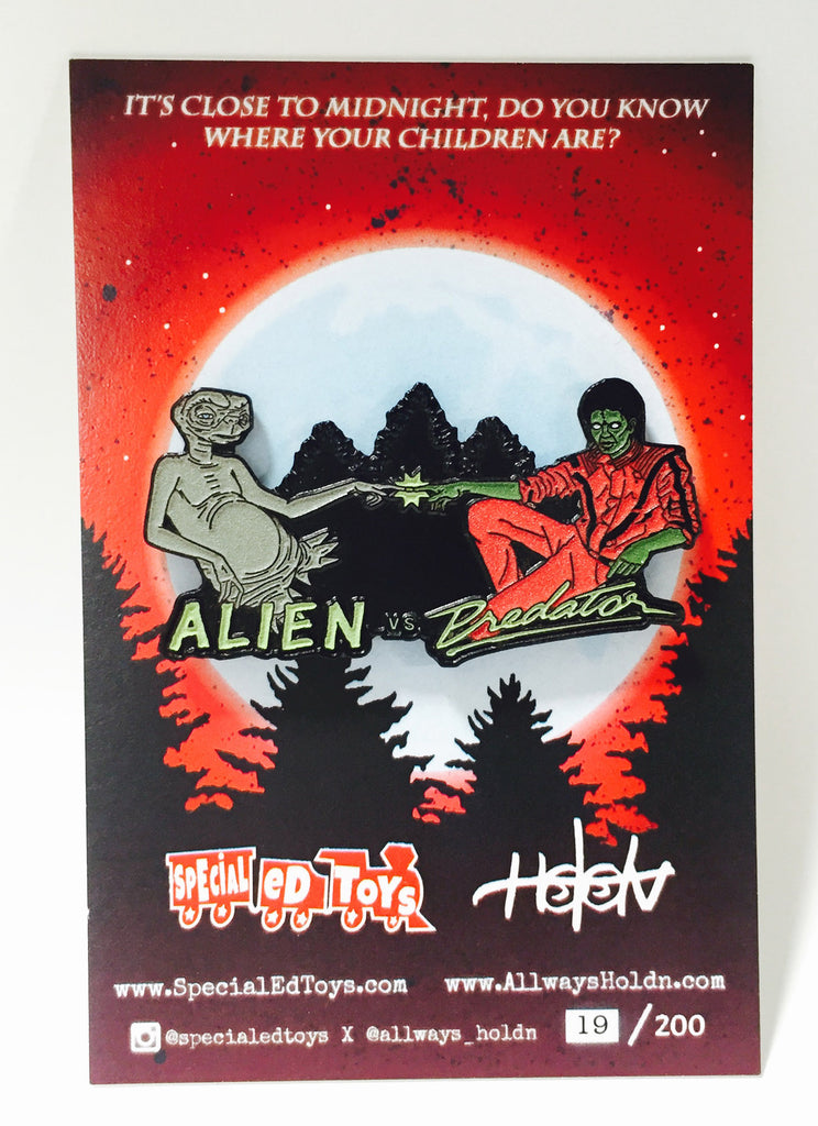 "Alien vs Predator ""Close to Midnight"" Glow in the Dark SDCC 2016 Edition Pin"