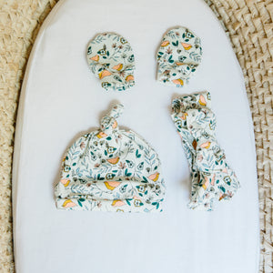 best-baby-gifts-2019-handmade-mittens-hat-and-bow-for-babies