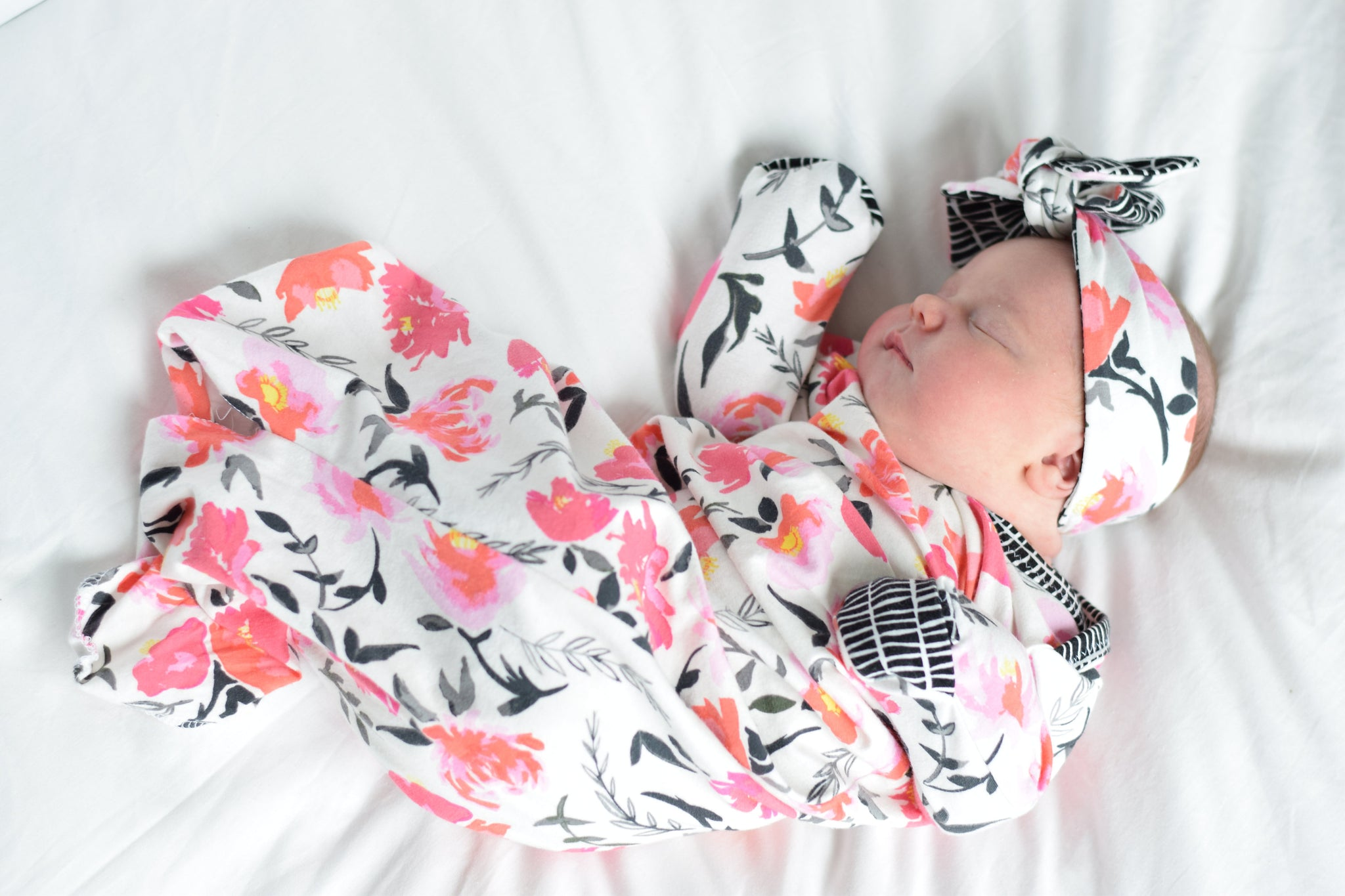 black-pink-floral-baby-girl-sleeper-and-bow-gift-set-for-babies
