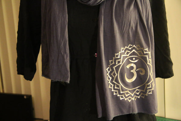 Silver Om Chakra Yoga Lover - Women's Jersey Scarf in Navy Blue
