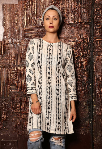 woman-wearing-kurta-pakistani-fashion