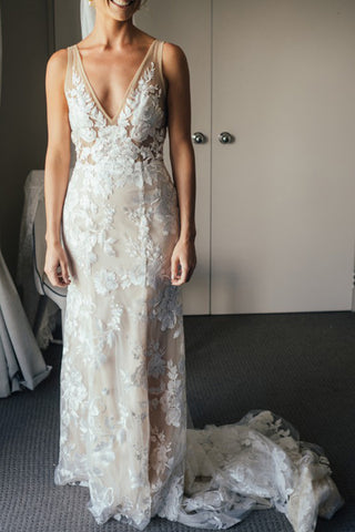 products/Gorgeous_V_Neck_Lace_Sleeveless_Sweep_Train_Wedding_Dress_W678_3.jpg