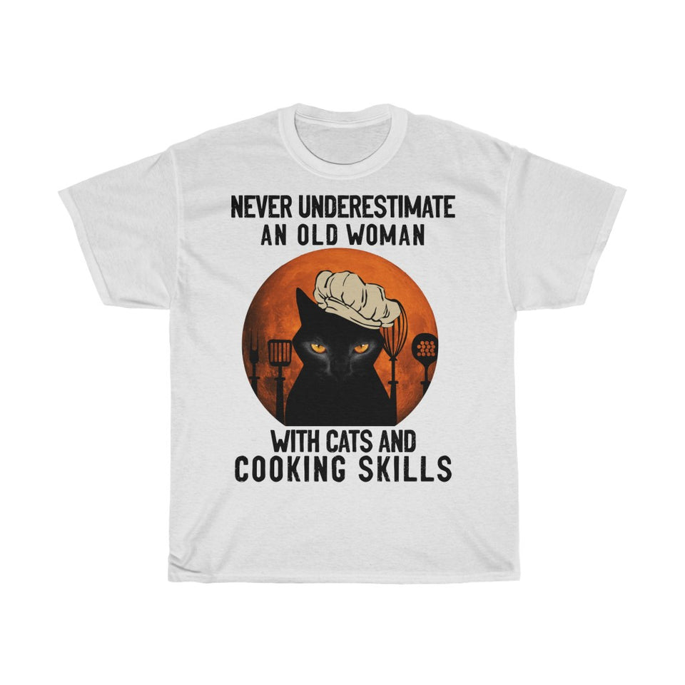 Old woman with cats and cooking skills - Unisex Heavy Cotton Tee - Fulfilled in Germany