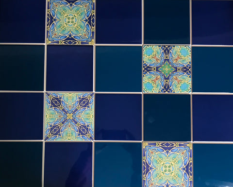 Mixing patterned and plain colour tiles