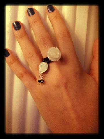Rings, flower shaped mother of pearl and black crystals