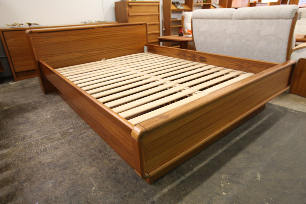Vintage Teak Queen Bed w/ Pullout Drawers & Headboard Storage