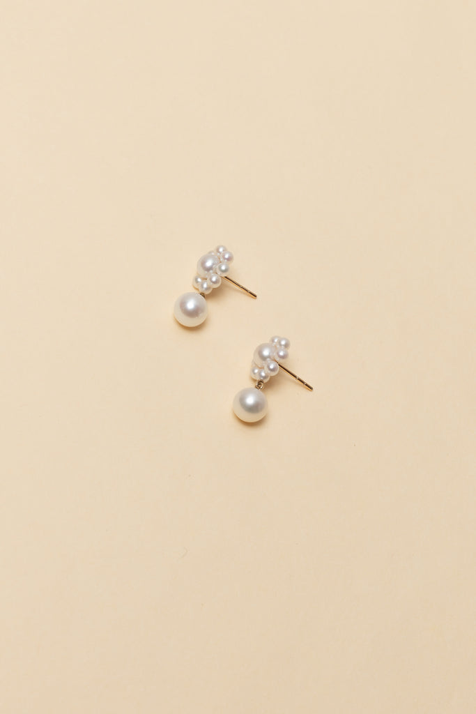 The Margherita Perle Earrings by Sophie Bille Brahe are small 14Kt Gold earrings with freshwater pearls and a single pendant pearl