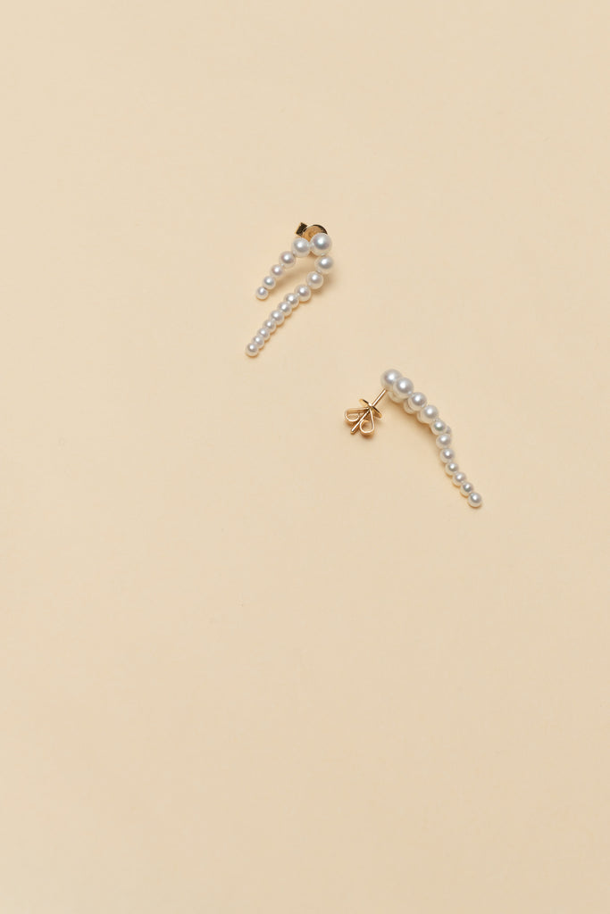 The Petite Perle Nuit Earrings by Sophie Bille Brahe are 14Kt Gold earrings with dropdown freshwater pearls descending in size