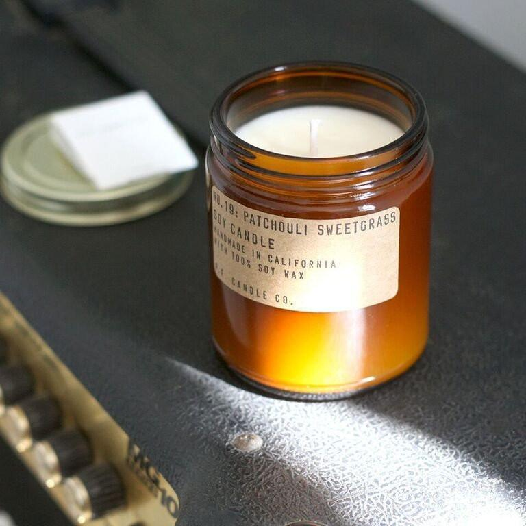 P.F. Candle Co. Candela di soia profumata Patchouli Sweetgrass