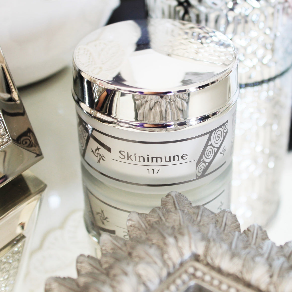 Skinimune takes care of your skin from the inside out, infusing it with intense regeneration.⁣ ⁣ Discover the exclusivity of IMMUNOCOSMESI! Biologically active functional cosmetics made in Italy by Kalleis.