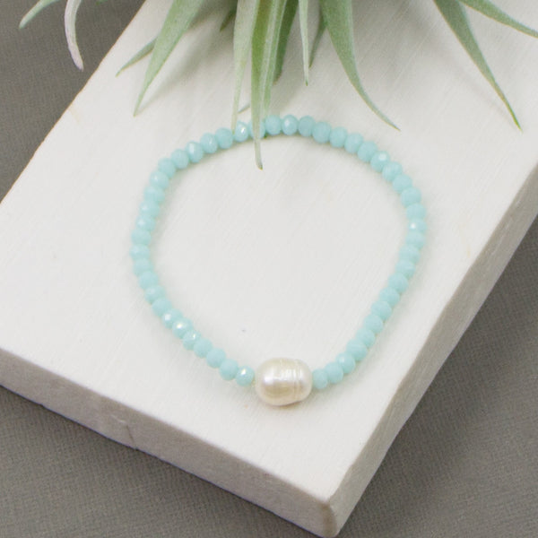 Beaded bracelet with real pearl feature