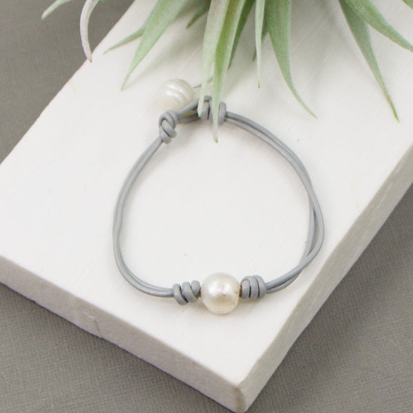 Leather bracelet with real pearls