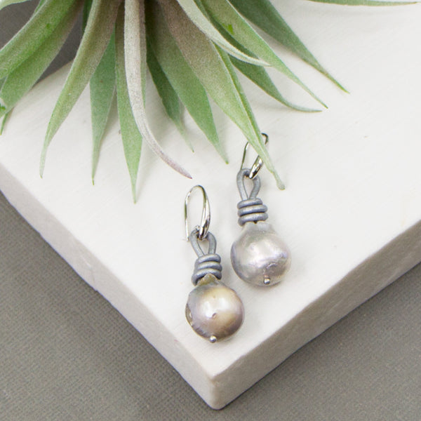 Leather earrings with real grey pearls