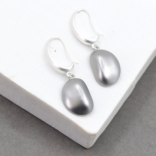Pebble motif fish hook earrings