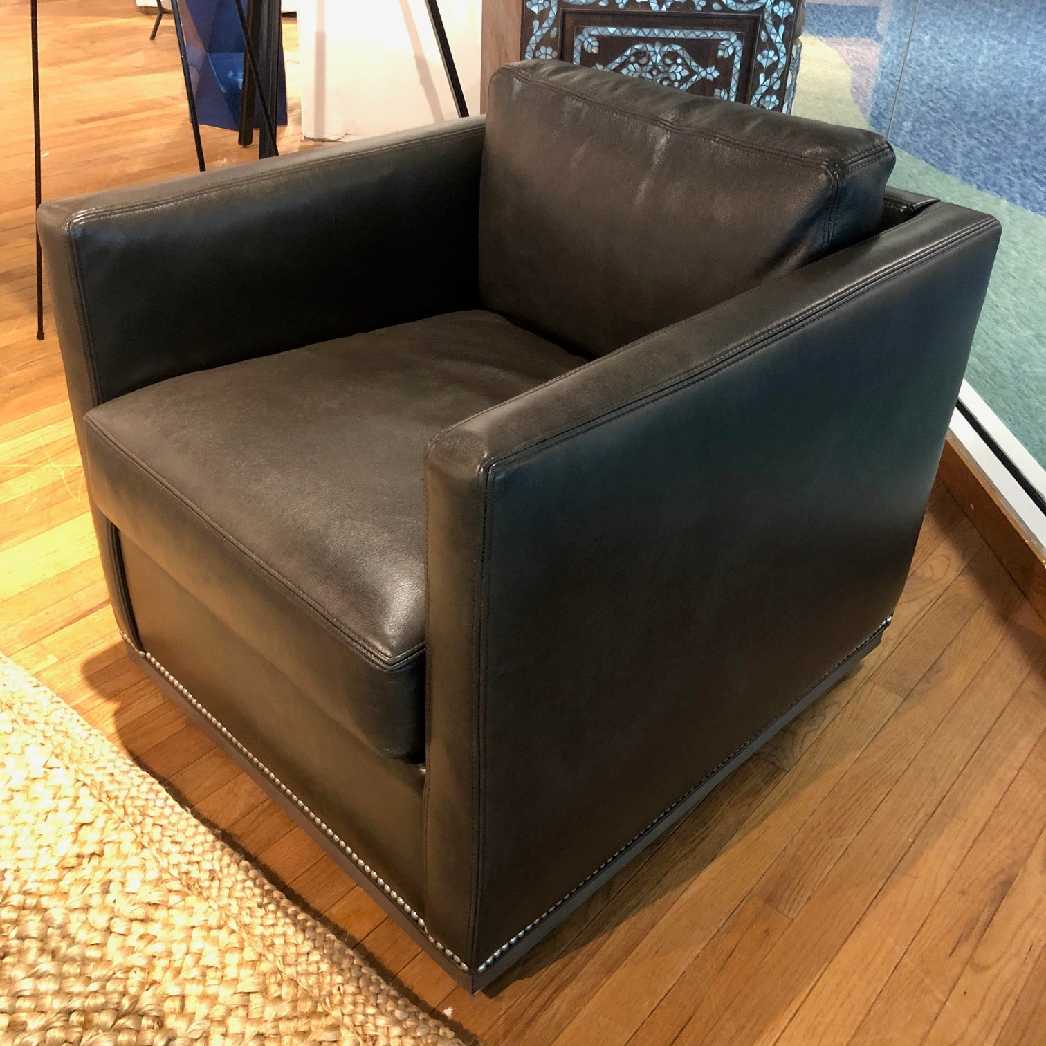 L3583-01SW Leather Swivel Chair
