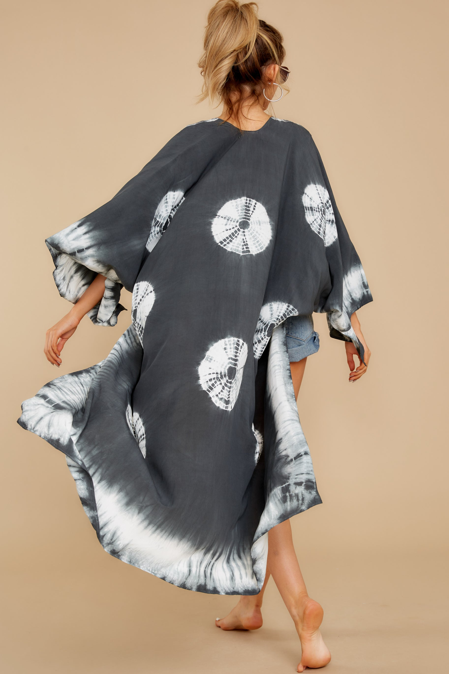 6 Focus On The Good Charcoal Tie Dye Kimono at reddress.com