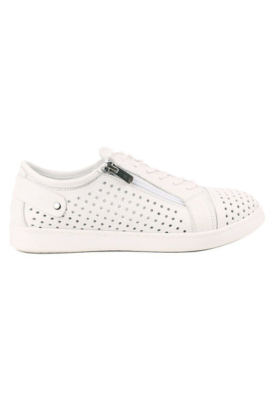 EG17 in White Shoes Cabello