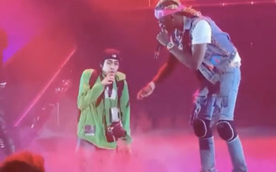 YOUNG THUG NODIGT FAN UIT OP HET PODIUM VOOR PICK UP THE PHONE DUET