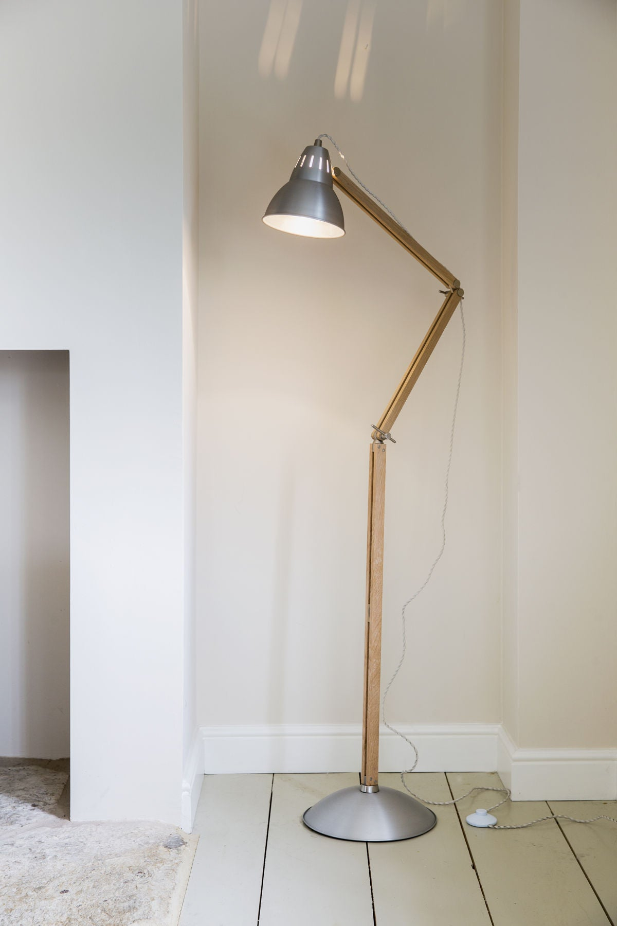 Bermondsey Floor Light in Aluminium and Oak - Ezzo