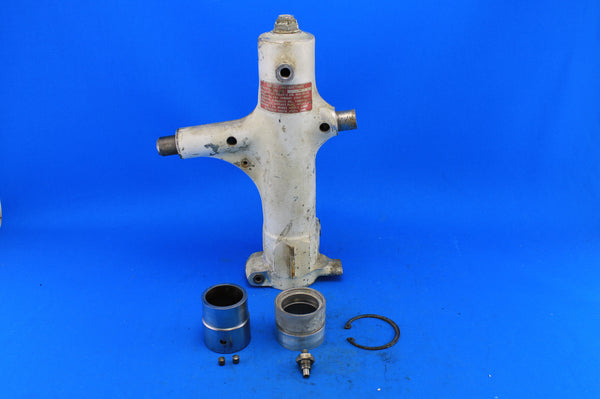 Piper PA-28R Left Main Gear Trunnion Assembly P/N: 67926-802 (21590)