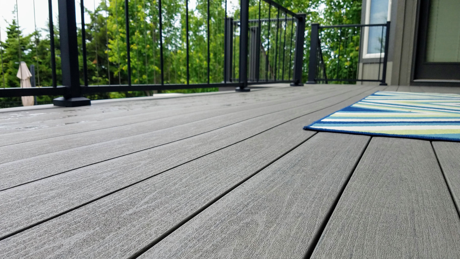 Capped Composite Decking has disitinct surfaces and textures with beautiul natural colors
