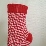 "Socken ""red-white"" - socken stricken - Produktbild - Rinikäfer Design"