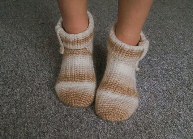 Product picture Crochet Pattern House Socks Capu by LeaLeem at http://thepatternfactory.net