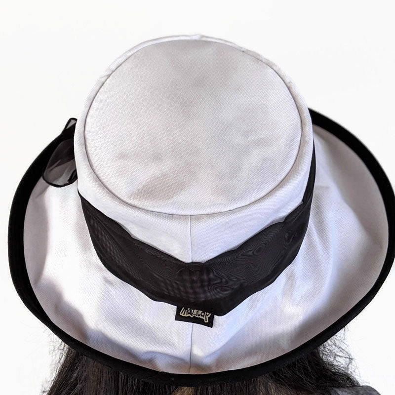 315 Extra wide brim sunblocker in white organic cotton with buckle and black trim