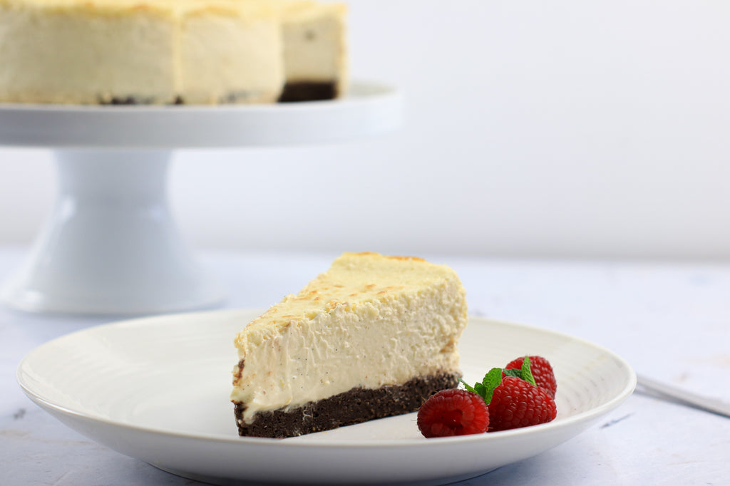 Low calorie baked cheesecake with cake stand